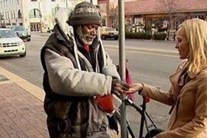 Женщина вместе с монетами бросила бездомному свое обручальное кольцо: он его не продал, и это стало самым правильным решением в его жизни