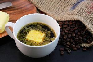 Ученые рассказали, что произойдет с организмом, если добавлять в свой утренний кофе чайную ложку сливочного масла