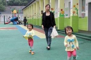Родители намеренно не приехали за детьми в детский сад, оставив записку в их рюкзаке, где написали, что они заняты