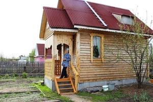 70-летняя жительница Омска своими руками построила небольшой дом за 250 000 рублей