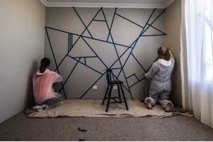 Девушки всего лишь наклеили на стену липкую ленту и нанесли краску, но результат их работы заставляет открыть рот от восхищения