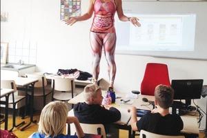 Когда учительница взобралась на стол, дети удивились. Но урок оказался интересным, изучение строения человека прошло на ура