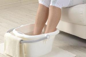 Моя свекровь каждую неделю смешивала воду с яблочным уксусом и опускала туда ноги. Теперь я делаю так же