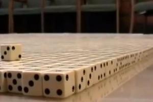Мужчина собрал из 14 000 игральных костей целый портрет, но когда он его перевернул, там был еще один: видео