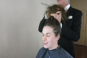 Женщина долгие годы не стригла волосы: стилист изменил ее до неузнаваемости