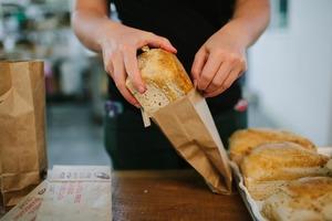 Мама не хранит купленный в супермаркете хлеб в той упаковке, в которой он продавался. Когда она объяснила причину, я стала делать так же: де