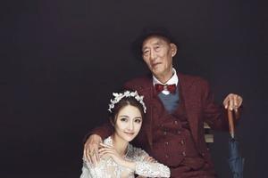 """25-летняя китаянка """"вышла замуж"""" за своего деда, чтобы осуществить его и свою мечту одновременно"""
