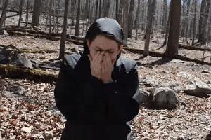 Девушка пошла в лес с металлоискателем: содержимое найденной коробки изменило ее жизнь