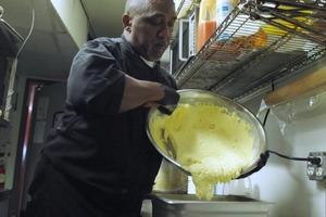 Маленькая ошибка на кухне стала началом успеха для бездомного мужчины
