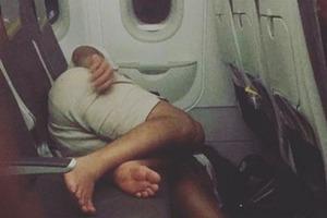 Во время многочасового перелета женщина прилегла отдохнуть, немало удивив своих попутчиков