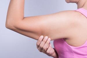 Красуемся в сарафанах: пять упражнений от дряблости рук