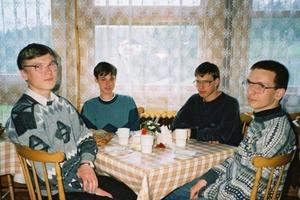 """Кем стали четверо парней со знаменитой фотографии """"скучной вечеринки"""""""