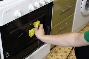 Как до блеска отмыть стеклянную дверцу духовки