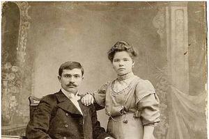 На старинных фотографиях люди кладут руку на плечо, и это не просто так