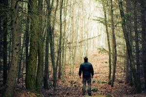 Муж Ларисы каждое воскресенье ходил в лес один. Однажды женщина решила проследить за ним