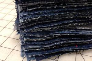 Я не выбрасываю старые джинсы. Я нарезаю их на квадраты, сшиваю и получаю вещь, без которой не обходится ни один семейный отдых на природе