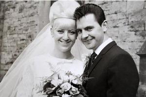 Влюбленные поженились в 1966 году: прошло больше 50 лет, но они до сих пор носят свадебные наряды