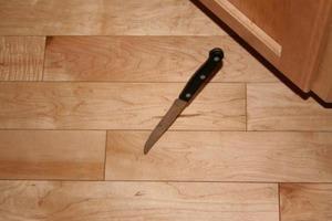 Бабушка говорит, что нож падает из рук не просто так. Это подсказка для нас