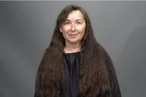 Женщина носила длинные волосы с 1-го класса. В 63 года, послушавшись дочь, она пошла к стилисту