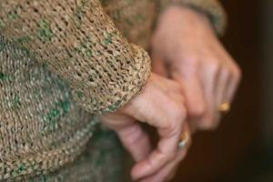 Бабуля связала такой костюм из пакетов, что позавидуют модельеры