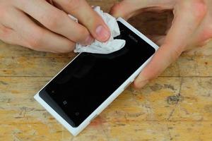 Знакомый научил, как удалить царапины с телефона за пару секунд
