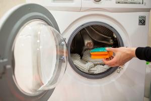 Лайфхаки от ассоциации опытных домохозяек: трюки, которые помогут вам при стирке одежды