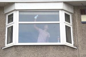 Почему нужно звонить в полицию, если соседи видят женщину, моющую окно
