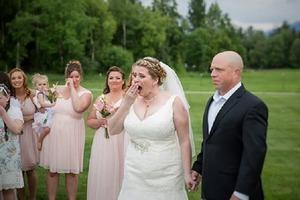 Невеста оставила пустой стул для своего покойного сына за свадебным столом и расплакалась, увидев на нем человека