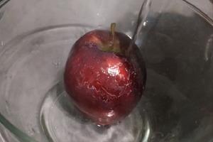 Покупая яблоки в магазине, мой знакомый заливает их горячей водой. Узнав, зачем он это делает, поступаю так же