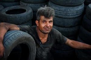 Мужчина опоздал на собеседование, помогая старику отремонтировать машину, но в кабинете генерального директора его ждал приятный сюрприз