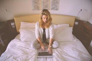 Женщина думала, что муж ей изменяет, написала прощальное письмо и... спряталась под кроватью