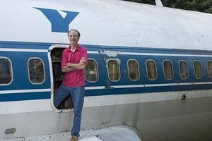 """Жизнь в самолете: мужчина превратил старый """"Боинг"""" в свой дом (фото)"""