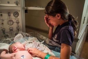 Мать разрешила 10-летней дочери присутствовать при рождении сестрички, и реакция девочки превзошла все ожидания