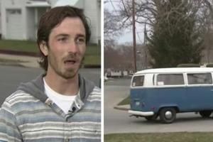 16-летний парень бросает записку в микроавтобус. Через 8 лет он получает на нее ответ