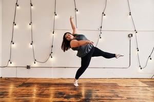 Хорошему танцору полнота не мешает: 16-летняя девочка великолепно танцует, несмотря на лишний вес и проблемы с фигурой (видео)
