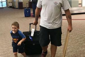 Неловкая ситуация: 4-летний сын прославил маму, радушно встречая ее в аэропорту