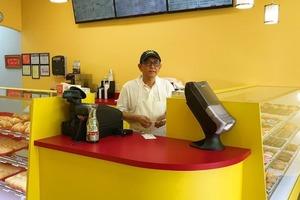 Несмотря на старания, мужчина не смог привлечь клиентов в свой магазин пончиков, но находчивость сына все изменила