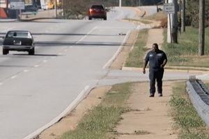 Бездомный по 6 часов в день пешком добирался на работу. Так продолжалась, пока коллеги не узнали об этом