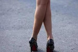 Почему многие женщины любят стоять со скрещенными ногами: неожиданные причины