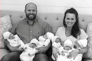 Муж просил четвертого ребенка, а жена подарила ему шестерняшек. Как живет семья?