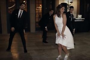 Мама выходит замуж: невеста с тремя взрослыми сыновьями исполнила необычный танец (видео)