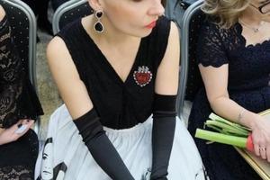 Платье девушки произвело фурор на выпускном: одноклассники не сразу поняли идею