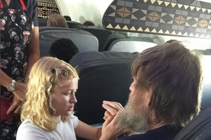 Только 15-летняя девочка смогла помочь слепому и глухому пассажиру самолета