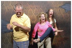 """Забавные фото посетителей аттракциона """"Фабрика кошмаров"""", снятые скрытой камерой"""