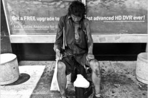 Девушка просто снимала бездомных, пока не увидела до боли знакомое лицо