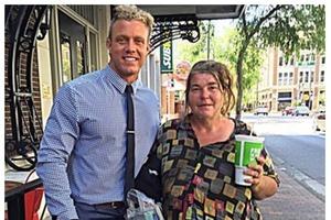 Бизнесмен часто обедал с бездомной женщиной. Причина достойна восхищения
