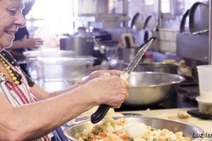 Хозяин ресторана нанял бабушек, чтобы они готовили домашнюю еду: заведение стало самым популярным в городе