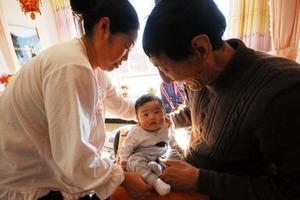 Необычная пара стала родителями: как выглядит их сынок (фото)