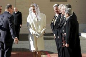 В мире всего 7 женщин, имеющих право стоять рядом с Папой Римским в белом платье