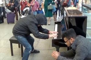 """Неизвестный старик устроил роскошный концерт, сыграв на пианино """"Буги-вуги"""" прямо в торговом центре (видео)"""